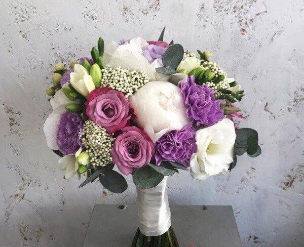 Buchet De Mireasă Din Bujori Albi Frezie Garoafe Violete